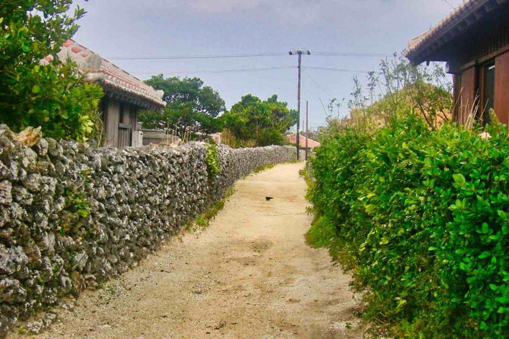 竹富島の石垣のある道路