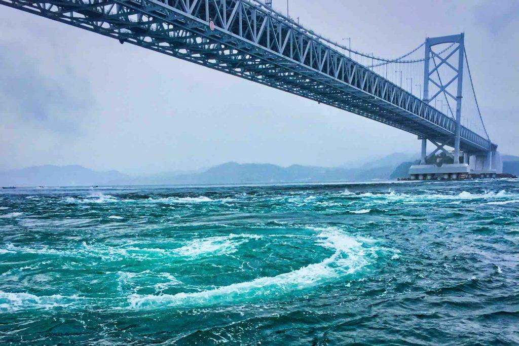 大鳴門橋の鳴門渦潮